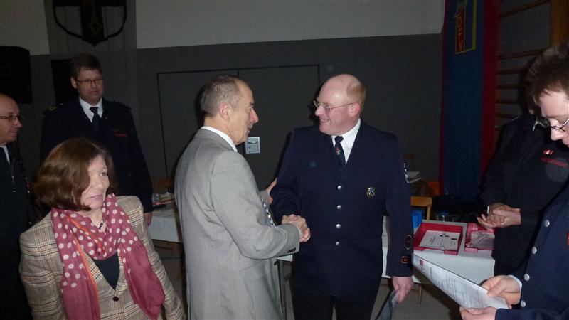 Michael Thiergarten nimmt die Glückwünsche vom Bürgermeister zur Beförderung entgegen.