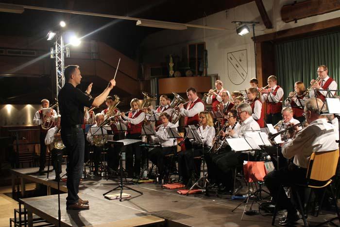 Christoph Zeppenfeld dirigiert die Westönner Hymne