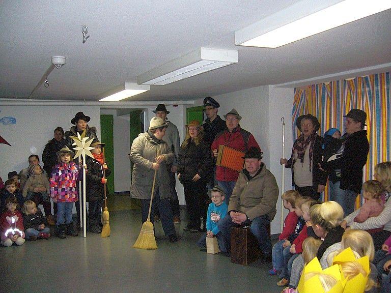 Die Sternsinger gemeinsam mit den Kindern vom Familienzentrum