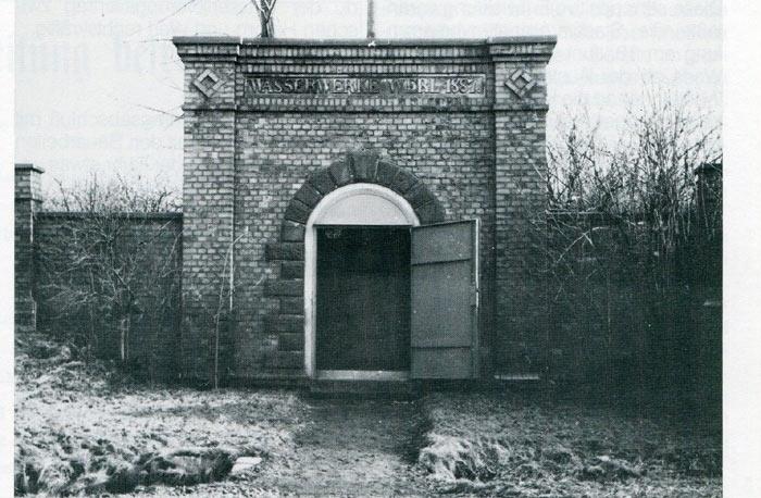 Inschrift Wasserbassin von 1887
