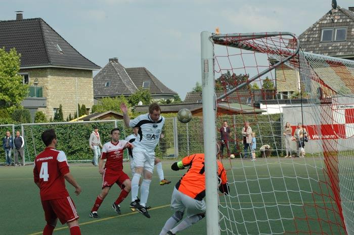Die Riesen-Chance von Stephan Gross, von Matthias Gerke spektakulär gehalten, beim Stand von 1:1
