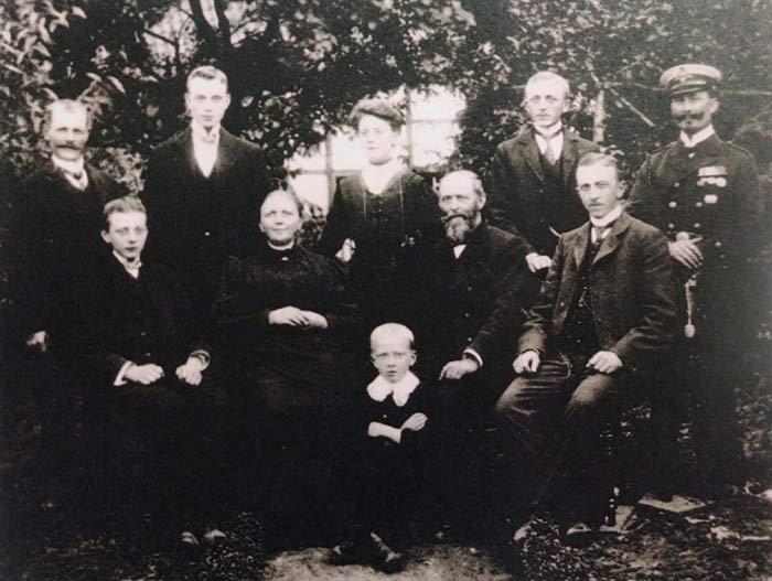 Stammfamilie,  in der Mitte Theodor Hering und Katharina Elisabeth Kolkmann