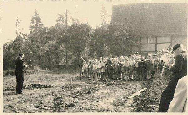 Rektor Johannes Müller mit Schulkindern im Hintergrund