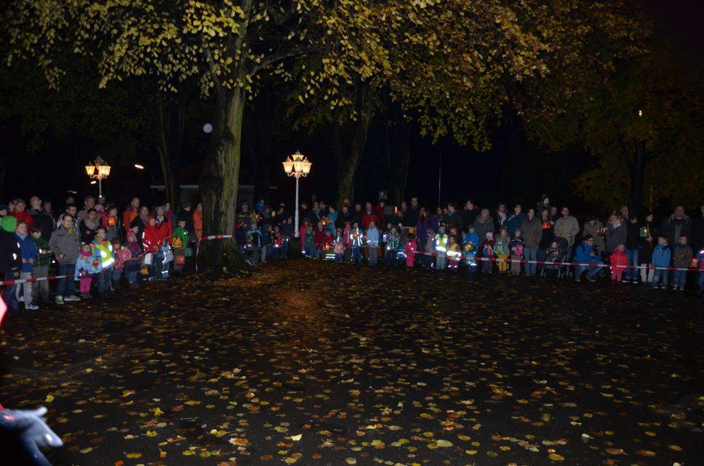 Viele Kinder waren mit selbst gebastelten Laternen zum Martinsumzug gekommen.