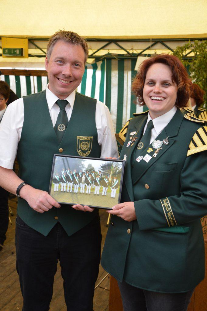 stellvertretend nahmen Stefan Schriek und Dr. Petra Michel die Ehrung in Mawicke entgegen. (Foto:Soester Anzeiger)