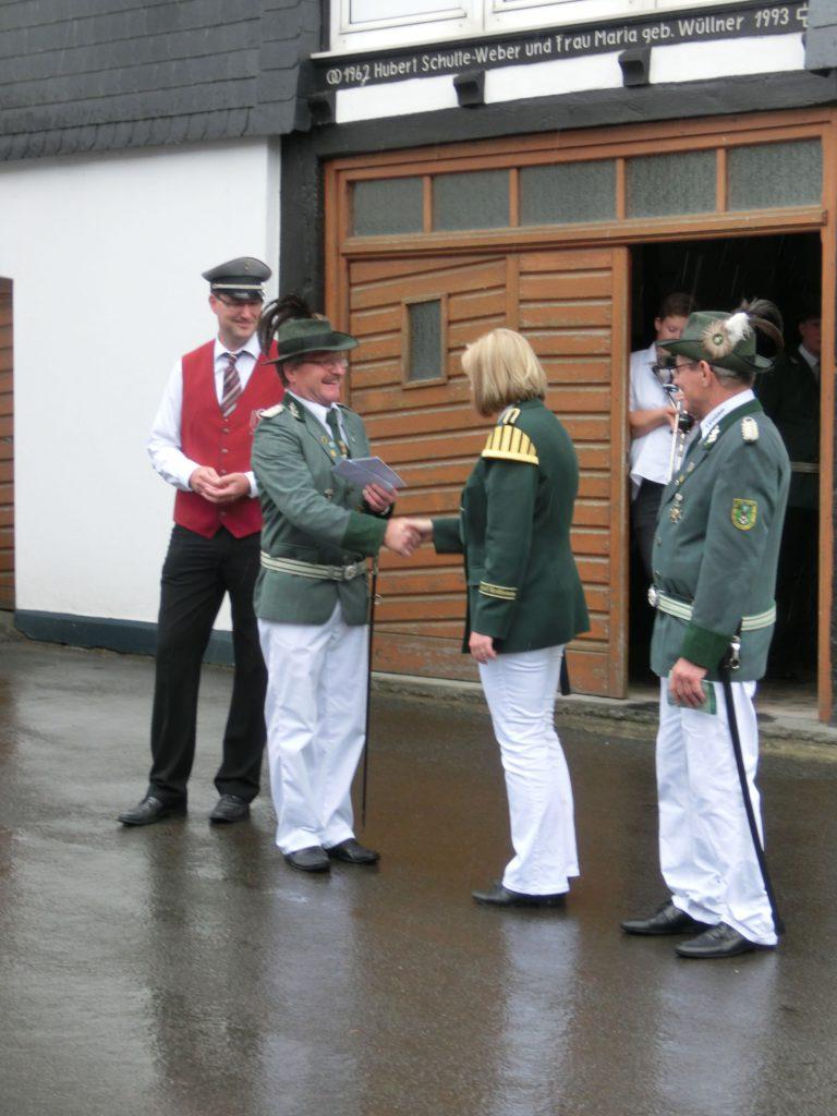 Kompanieführer Dieter Kinnbacher (2. v.li.) dankte der 1.Vorsitzenden Angela Seifert (2.v.re.) für 10-jährige Mitwirkung auf dem Müscheder Schützenfest.