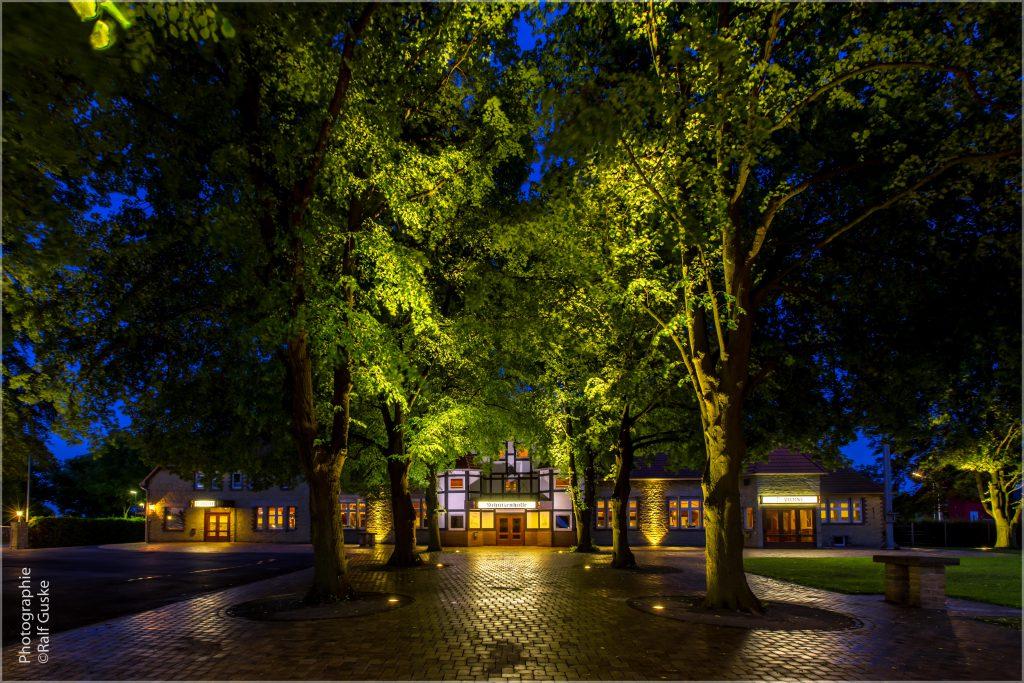 Der Anblick des neues Vorplatzes mit der beleuchteten Schützenhalle läßt die Vorfreude auf drei tolle Tage steigen.