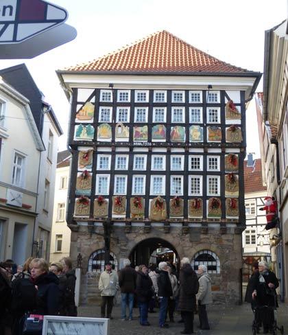Das alte Rathaus von Hattingen mit einem Adventskalender