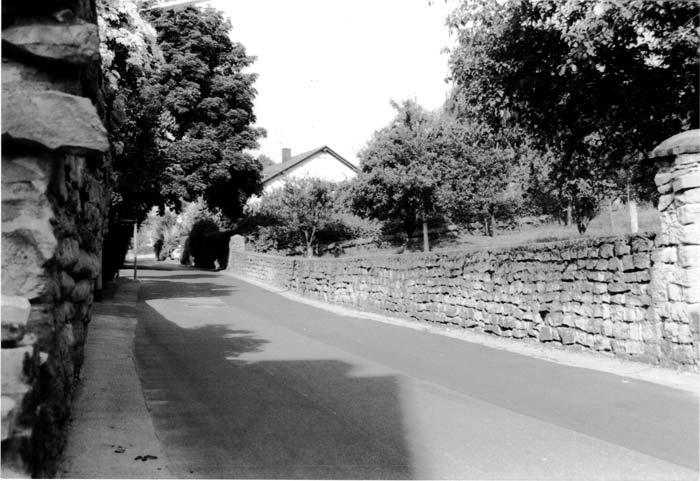 Bild 1: Alte Mauern in Büderich aus gebrochenem heimischen  Grünsandstein
