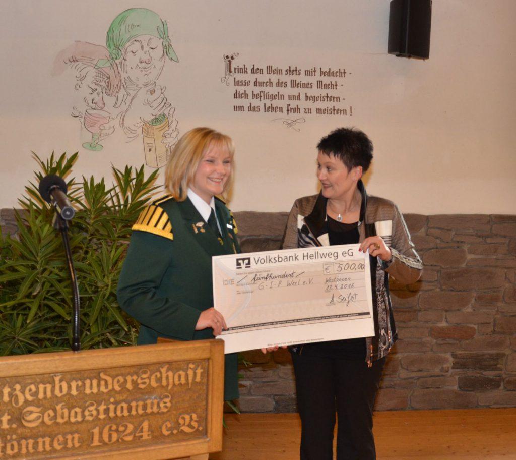 Die 1.Vors. Angela Seifert (li) bei der Spendenübergabe an die stellvertr. Bürgermeisterin Beate Kohlmann