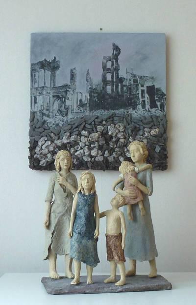 """Sieger Kunstwerk """"Krieg"""" - Installation, bestehend aus Hintergrundbild und Figurengruppe"""