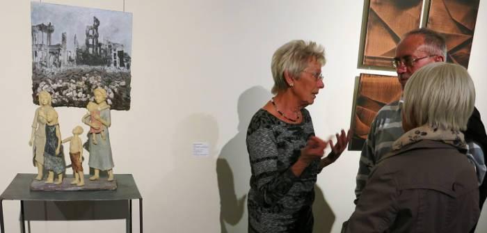 Gisela Pommerenke erklärt Besuchern ihr Kunstwerk