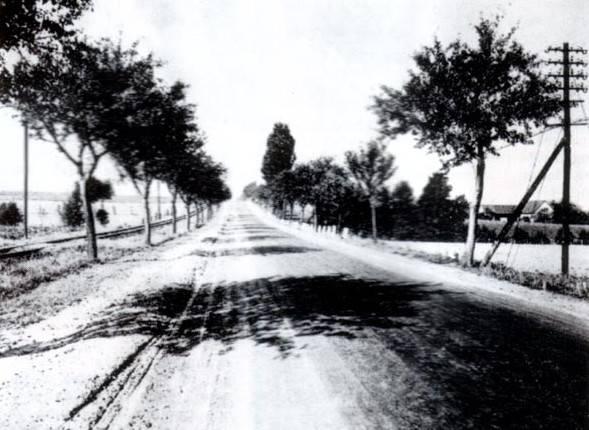 """Dieses Bild der Provinzialstraße, des neuen Hellwegs, muss zwischen Soest und Werl entstanden sein, weil nur auf dieser Strecke die Straße von Schienen begleitet wurde. Es wurde von Osten nach Westen aufgenommen. Im Norden verlief die eigentliche Chaussee. Daneben befand sich der nur schwach befestigte """"Sommerweg"""" und hinter den Bäumen lagen die Schienen der Ruhr – Lippe – Eisenbahn."""