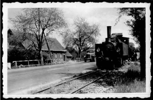 """Das hier gezeigte Dampfross der RLE steht in Westönnen an der B1 der """"Wohlbedacht"""" und der Hohlen Straße gegenüber. Das Foto stammt von Wilhelm Preker."""