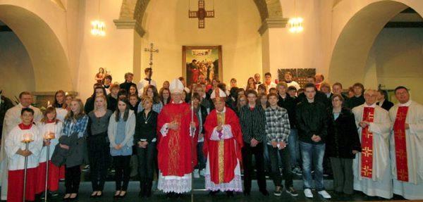 Weihbischof Grothe spendet Sakrament der Firmung