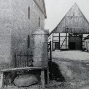 Die ältesten Höfe sind nicht in Sandstein ausgeführt, sondern es sind Fachwerkbauten, deren Weise sich in der grünen Umgebung freundlich ausnimmt