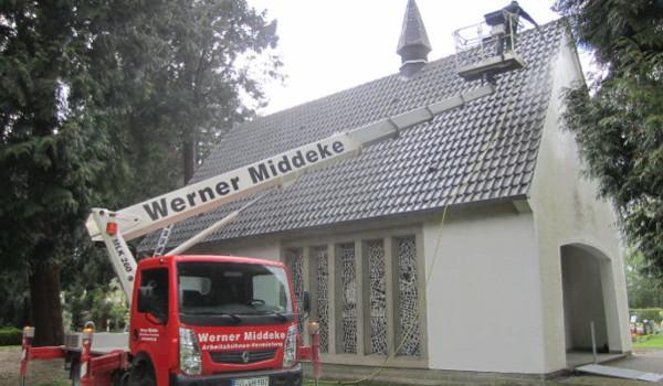 Das Dach der Trauerhalle wird gereinigt