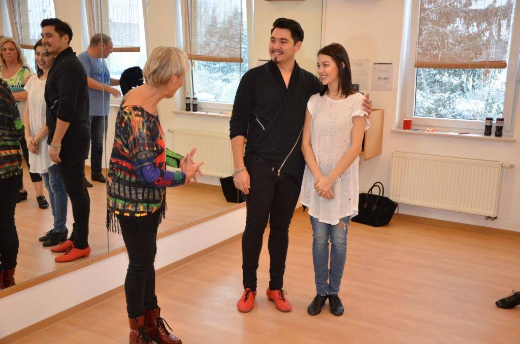 Tilla Grote begrüßt das Profi-Tanzpaar
