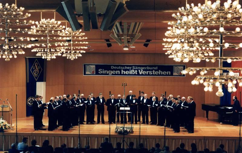 """Der MGV """"Cäcilia"""" beim Meisterchorsingen 1988 in Siegen."""