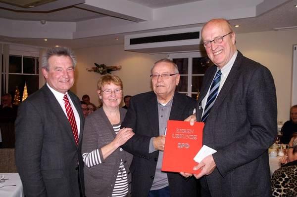 Rudi Kliemt erhält die Willy-Brandt-Medaille aus den Händen des Bundestagsabgeordneten Eike Hovermann