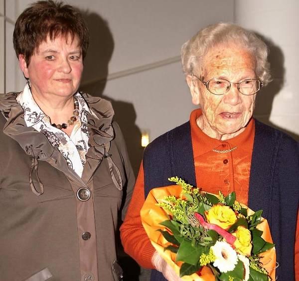 Die Ehrenvorsitzende der kfd, Maria Röttger, wird für 65 Jahre geehrt